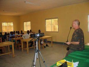 """Jean-Paul Burget animant la journée de sensibilisation """"Sauvegarde de la faune sauvage"""" aurpès des élèves des  lycées de Yagpua."""